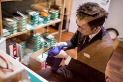 熟練したスタッフがメガネの調整、洗浄、加工を行う「メガネ工房」